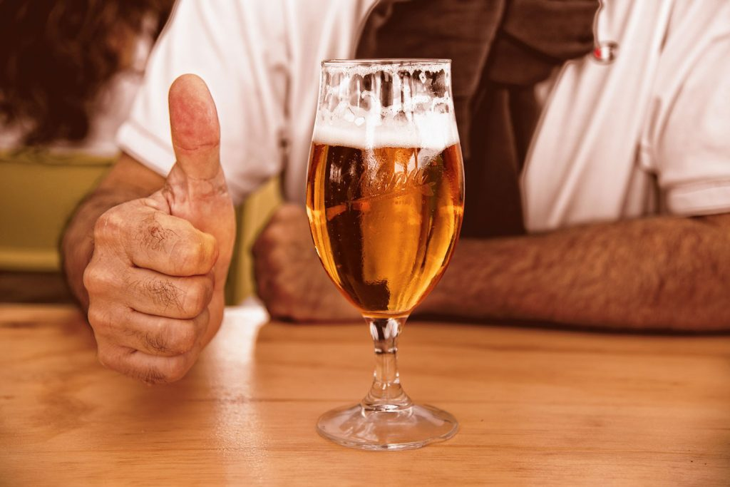 maestro cervecero tirando caña