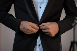 maitre abrochándose la chaqueta