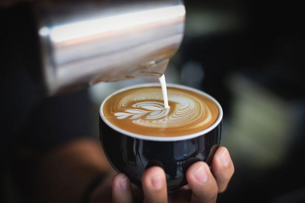 barista sirviendo café